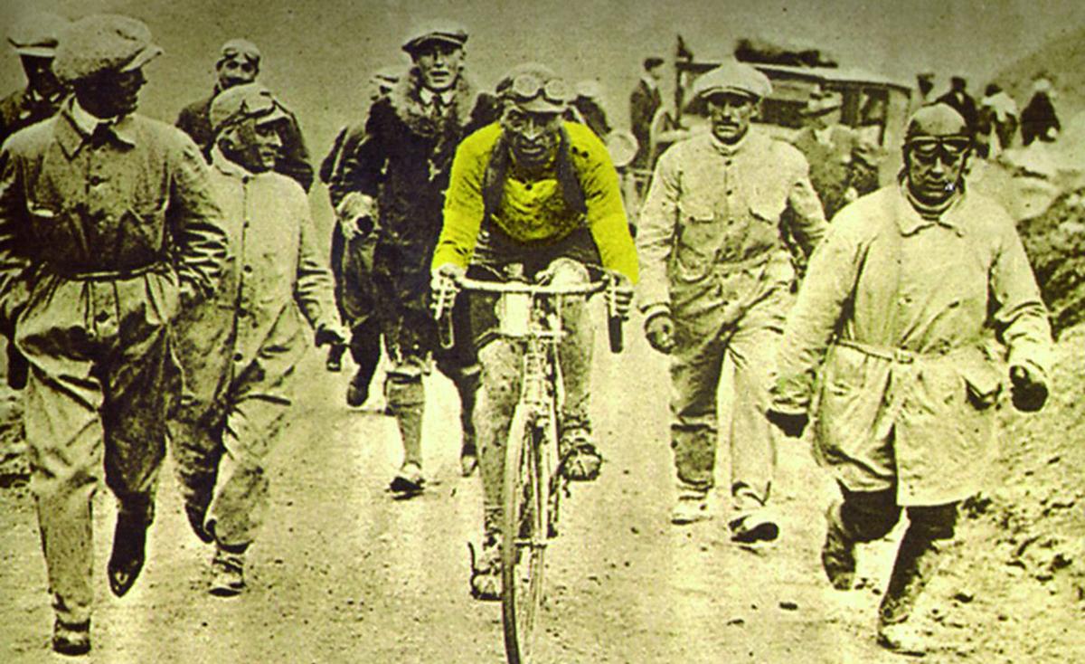 Nato ottavo, arrivato primo, scomparso nel mistero. La vita di Ottavio Bottecchia è un romanzo di riscatto che diventa un giallo, ma è soprattutto la storia del primo campionissimo italiano capace di trionfare all'estero, e di obbligare i suiveur del Tour de France a un inedito sforzo di pronuncia.